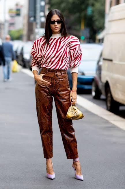 Pantalon de cuero con blusa